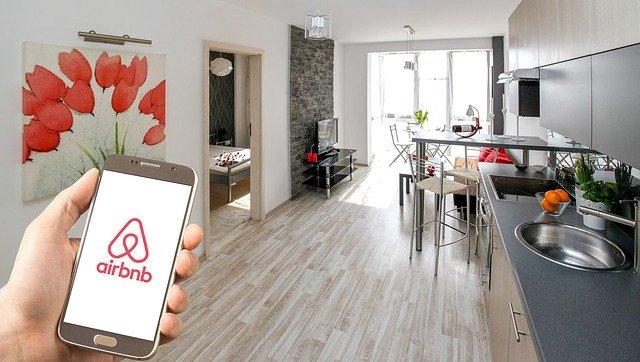 民泊大手Airbnbがコロナウィルスの影響に伴う事業のマーケティング活動と雇用を中断